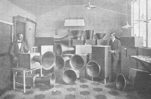 Luigi Russolo nel suo laboratorio
